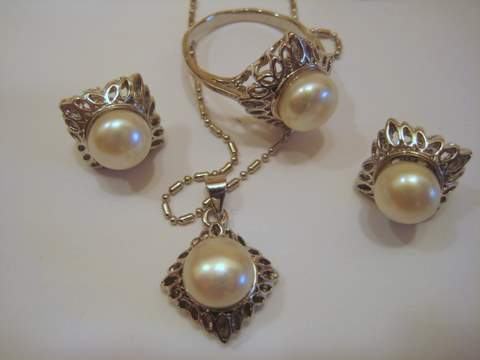 4 Piece Pearl Set