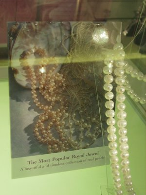 buckingham-palace-display-of-pearls