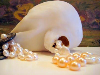 Natural big pearl wearing cultured freshwater pearls