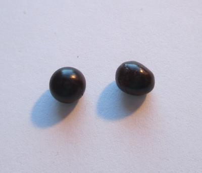 Pair Pen Pearls 2.65 carats Dark Color