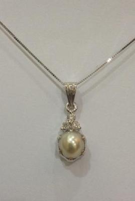 Natural pearl pendant with Diamonds
