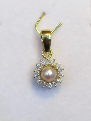 Natural Round Pearl Pendant with Diamonds
